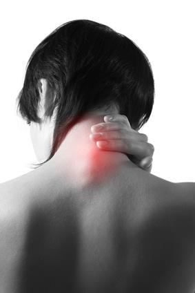 femme de dos, douleurs de la nuque et aux cervicales